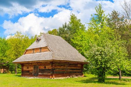 Altes Traditionelles Haus Mit Strohdach In Tokarnia Dorf Am Sonnigen  Frühlingstag, Polen Standard
