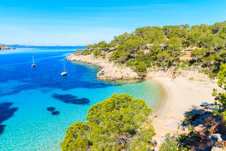 Ansicht des schönen Strandes in Bucht Cala Salada berühmt für sein azurblaues klares Meerwasser, Ibiza-Insel, Spanien Standard-Bild