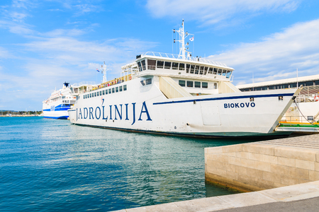 SPLIT PORT, CROATIA - SEP 7, 2017: large ferry ship carrying cars and passengers mooring in Split port before sailing to Brac island, Croatia. 新聞圖片