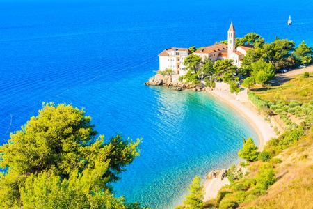 Mening van mooie baai met strand en Dominicaans klooster in Bol-stad, Brac-eiland, Kroatië Stockfoto