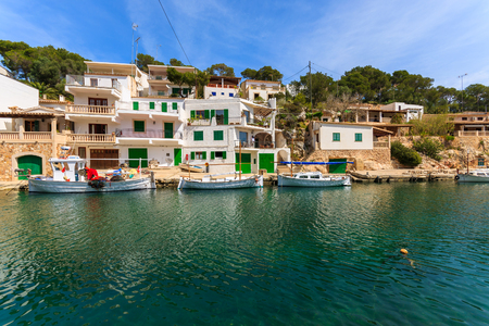 CALA FIGUERA, MAJORCA - 16 DE ABRIL DE 2013: barcos tradicionais do llaut ancorados no porto da aldeia piscatória pequena de Cala Figuera na ilha de Majorca. Foto de archivo - 93913618