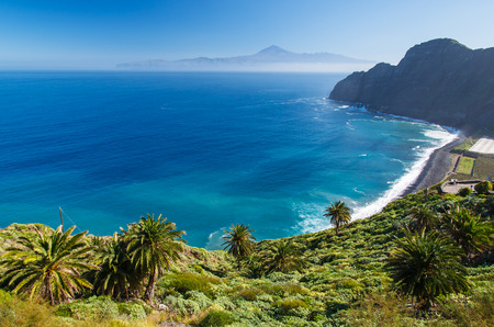 Vue de la plage de Santa Catalina et les montagnes avec l'île de Tenerife en arrière-plan, l'île de La Gomera, Espagne
