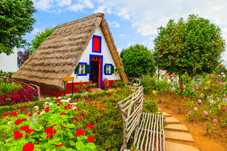Tradycyjny wiejski dom z dachem ze słomy w miejscowości Santana, Madera, Portugalia
