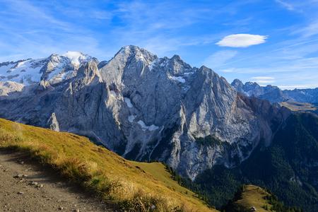 Vista del picco di Marmolada in montagne delle dolomia in autunno, Italia Archivio Fotografico - 94747459