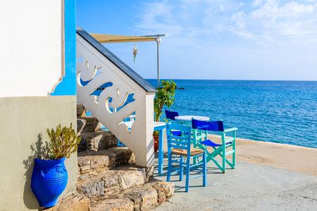 Taverna greca tradizionale nel porto di Diafani sull'isola di Karpathos, Grecia