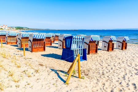 Sedie di vimini sulla spiaggia sabbiosa e baia nella località di villeggiatura costiera di Binz, isola di Rügen, Mar Baltico, Germany