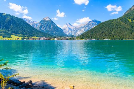 Kristalhelder water van het Achensee-meer in de buurt van de stad Pertisau op zonnige zomerdag, Tirol, Oostenrijk Stockfoto