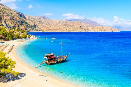 Segelboot in schöner Bucht am Strand von Apella, Insel Karpathos, Griechenland