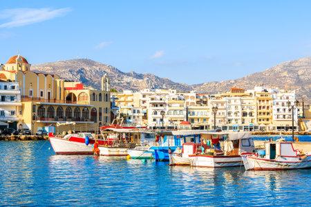 Barche nel bellissimo porto di pesca di Pigadia con le montagne sullo sfondo, isola di Karpathos, Grecia