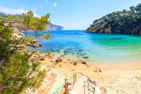 Passi per l'idilliaca spiaggia Aiguablava del vicino villaggio di Fornells, Costa Brava, Spain
