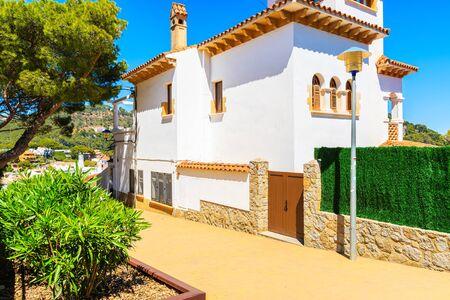 Villa española blanca en la ruta costera a la ciudad de Llafranc, Costa Brava, España Foto de archivo