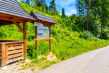 TATRA MOUNTAINS, POLAND - JUN 29, 2019: Rest stop for tourists and map with cycling ways near Dunajec river in Tatra Mountains, Poland. Redakční