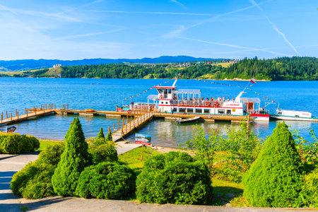PIENINY MOUNTAINS, POLAND - JUN 29, 2019: Tourist boat in port on shore of Czorsztynskie lake on beautiful summer day in Niedzica village, Pieniny Mountains, Poland. Redakční