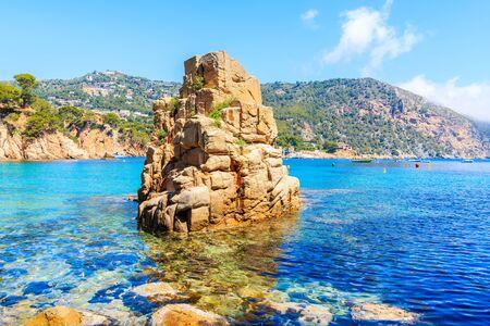 Roca en el mar en la hermosa playa de Aiguablava, Costa Brava, Cataluña, España