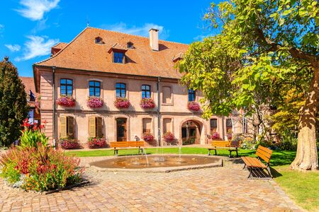 Town hall on square in Bergheim village on Alsatian Wine Route, France Stockfoto