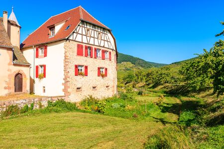 Old typical French house in Kientzheim village on Alsatian Wine Route, France Stockfoto