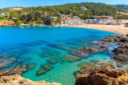 View of bay with azure sea water in beautiful Sa Riera village, Costa Brava, Catalonia, Spain Standard-Bild - 130816147