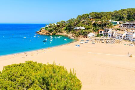 View of sandy beach in Sa Riera coastal fishing village, Costa Brava, Catalonia, Spain Standard-Bild - 130816154