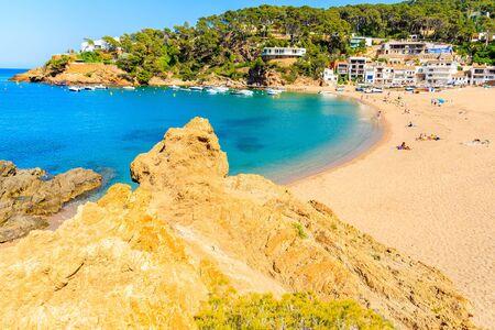 View of Sa Riera beach and fishing village in background, Costa Brava, Catalonia, Spain Фото со стока - 130816132