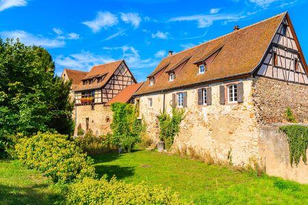 Schöne traditionelle Häuser aus Steinen im Dorf Bergheim, Elsässer Weinstraße, Frankreich