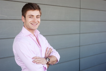 Portrait eines glücklichen jungen Geschäftsmann, der außerhalb Standard-Bild - 13101531