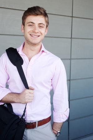Portrait eines glücklichen jungen Geschäftsmann mit Laptop-Tasche draußen Standard-Bild - 13101532
