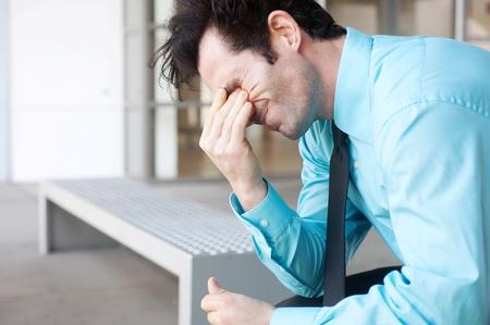 Frustriert Geschäftsmann auf einer Bank sitzen, tief in Gedanken versunken Standard-Bild - 13138691