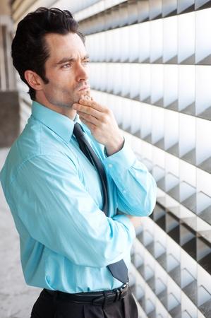 Männlich Executive stehend und nachdenklich, tief in Gedanken versunken Standard-Bild - 13138673