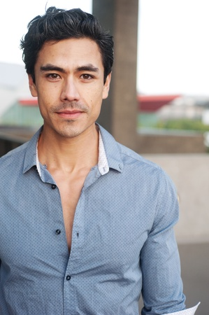 knappe jonge latino zakenman die buiten Stockfoto