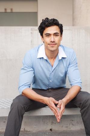 Schöne, junge latino Geschäftsmann sitzt draußen Standard-Bild - 13138629