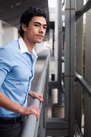 Schöne, junge latino Geschäftsmann draußen stehen Standard-Bild - 13138368