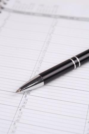 Nahaufnahme Makro-Foto von einem Kugelschreiber auf einem Kalenderblatt Standard-Bild - 13137979
