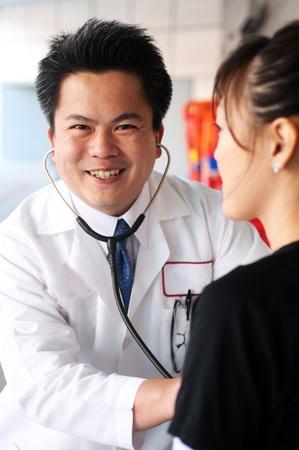 Asian Arzt mit Stethoskop die Kontrolle der Herzschlag eines Patienten Standard-Bild - 13138007