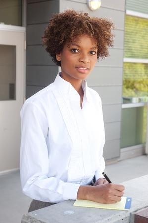 Pretty African American Executive draußen mit Stift und Papier Standard-Bild - 13138708