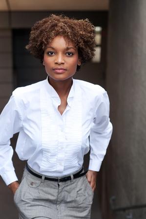 Pretty African American Executive standin außen mit Händen in der Tasche Standard-Bild - 13138481