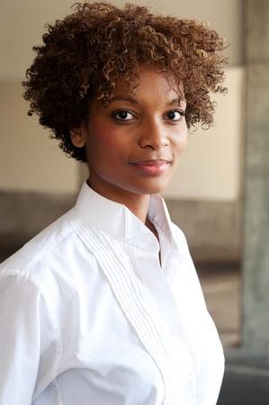 Nahaufnahme von hübschen African American Executive draußen stehen Standard-Bild - 13138366