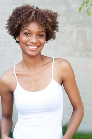 cabello rizado: mujer americana muy africano de pie fuera