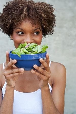 Pretty African American Frau mit einem gesunden Salat Standard-Bild - 13138137