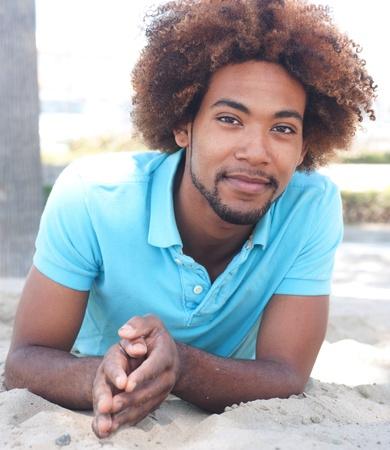 Porträt einer schönen jungen African American Mann am Strand Standard-Bild - 13445432