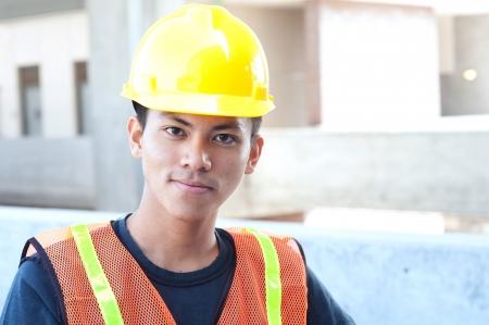 portret van een jonge Aziatische bouwvakker die buiten
