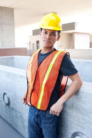 Porträt einer jungen asiatischen Bauarbeiter draußen Standard-Bild - 13615921