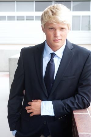 Portrait einer jungen Teenager-Jungen im Anzug erschossen vor Ort Standard-Bild - 13675705