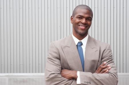 Portret van een Afrikaanse Amerikaanse zakenman die op plaats