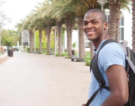 Porträt eines African American College-Student auf dem Campus Standard-Bild - 13675674