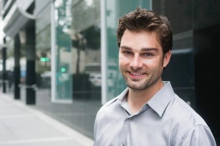Portrait eines glücklichen jungen Geschäftsmann im Anzug steht außerhalb der Geschäftszeiten Standard-Bild - 14443180