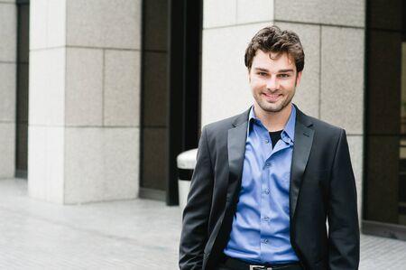 Portrait eines glücklichen jungen Geschäftsmann im Anzug steht außerhalb der Geschäftszeiten Standard-Bild - 14443181