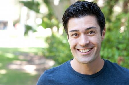 hombres jovenes: retrato de un apuesto joven en un parque