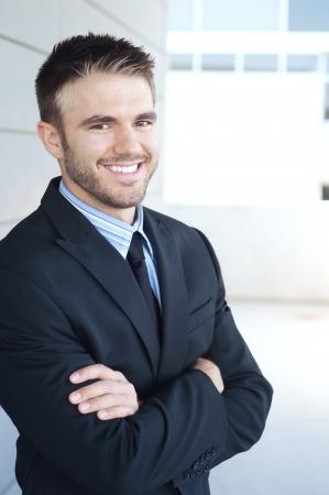 Porträt einer schönen jungen Geschäftsmann stehend außerhalb der Geschäftszeiten Standard-Bild - 14948787