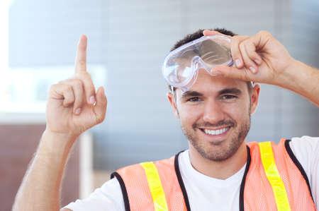 外で撮影満足している建設労働者の肖像 写真素材