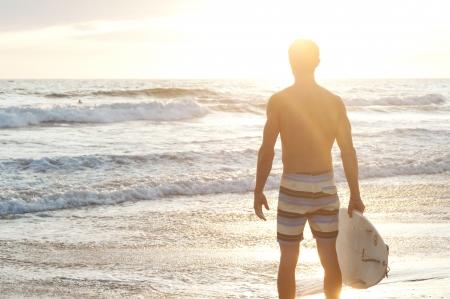 Porträt von einem Surfer am Strand mit Surfbrett Standard-Bild - 15282361
